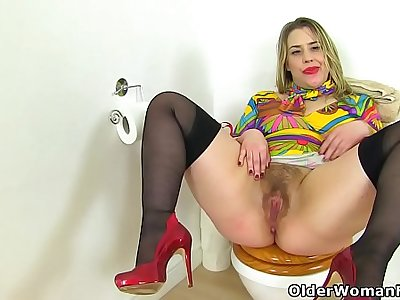 English milf Tammy fucks a faux-cock on the toilet